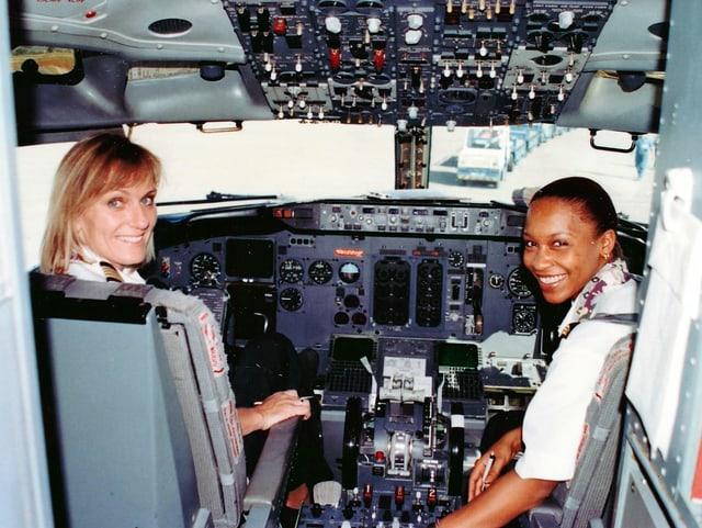 Regula Eichenberger und Irene Helbango im Cockpit eines Fliegers.