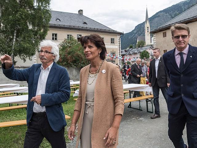 OK-Chef Andrea Hämmerle führt Bundesrätin Doris Leuthard durch das Festgelände in Zernez.