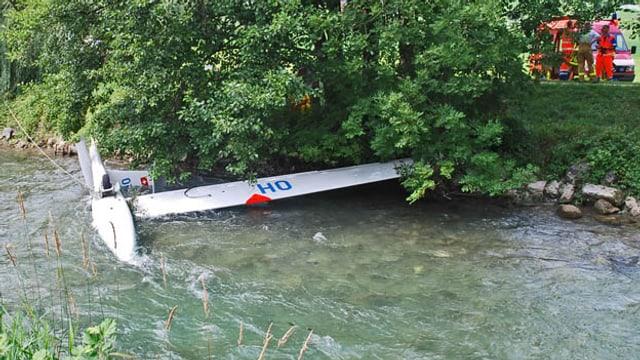 Ein kaputtes Segelflugzeug liegt im Fluss Sarneraa.