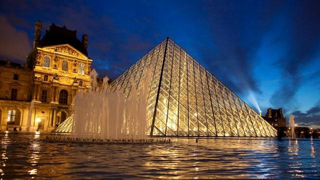Die Pyramide beim Louvre bei Nacht.