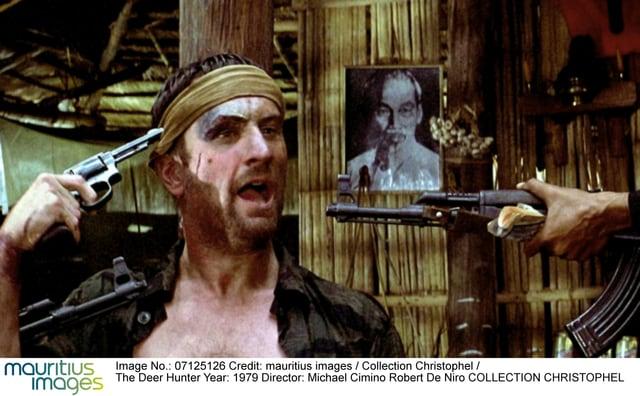 Mann mit Revolver, zielt auf sich selbst.
