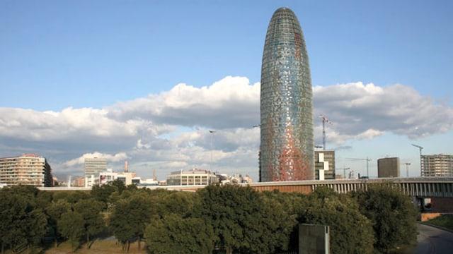 Video «Faszination Wolkenkratzer - Jean Nouvels Torre Agbar in Barcelona» abspielen