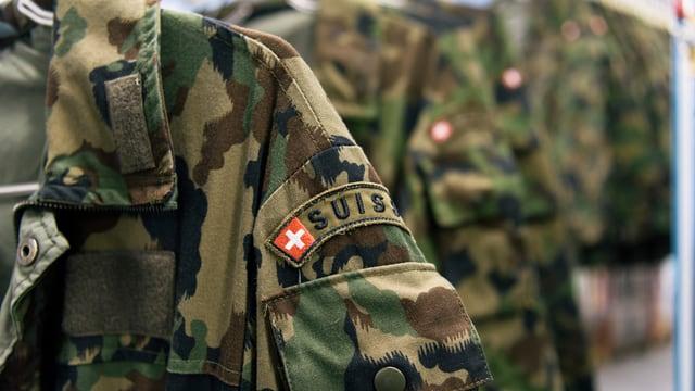 Armeeuniform an einem Kleiderbügel