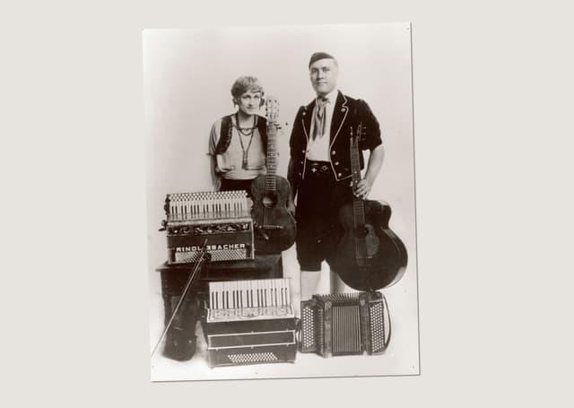 Zwei Musiker mit Akkordeon undGitarre.
