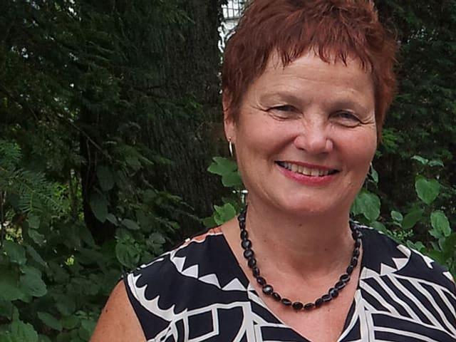 Rosmarie Laudahn im Garten.
