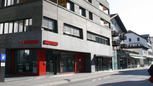 La sedia principala da la Banca Raiffeisen Surselva a Glion.