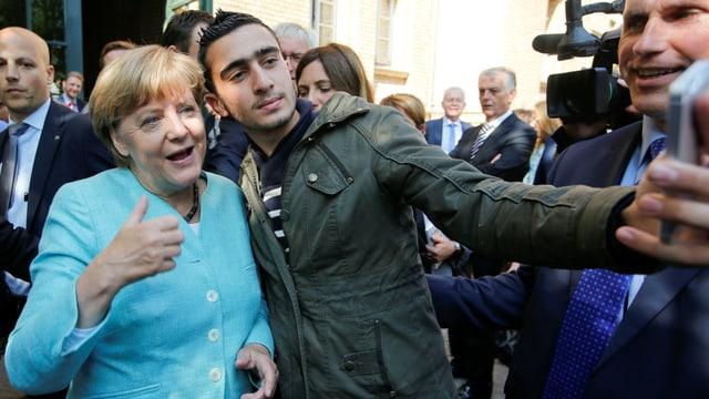 Angela Merkel mit einem syrischen Flüchtling