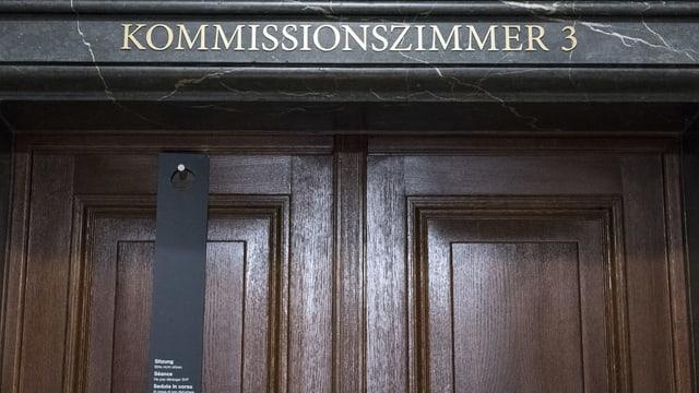Schild über einer Türe, Kommissionszimmer 3