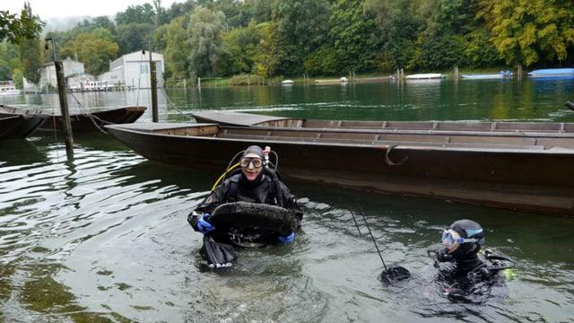 Taucher fischen Autoreifen aus dem Rhein
