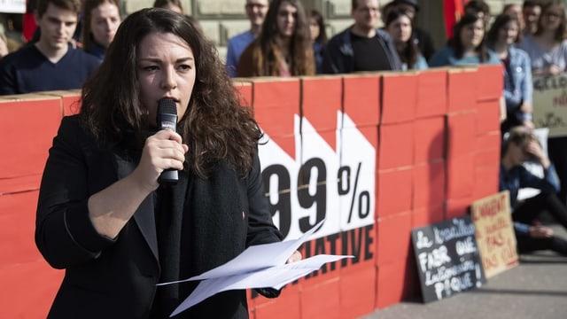 Funiciello cun in microfon ad in'occurrenza politica publica.