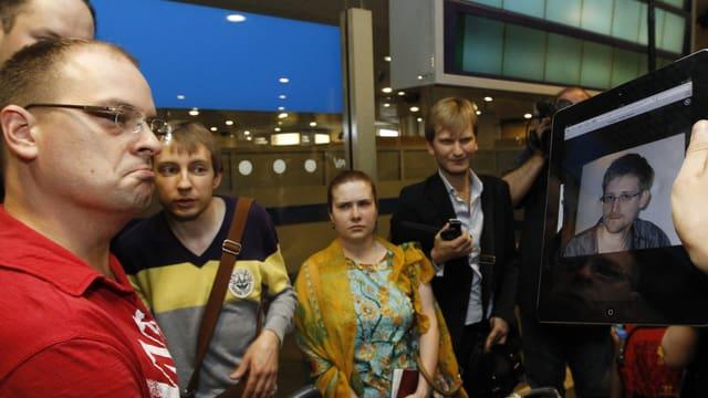 Passagieren in Moskau wird Snowdens Bild gezeigt. (reuters)
