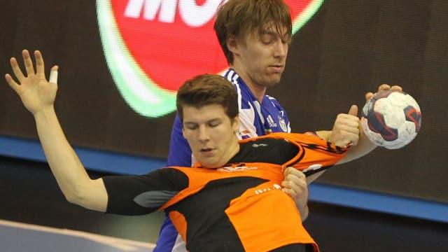 Marko Mamic (vorne) bleibt in der Abwehr von Szeged hängen.