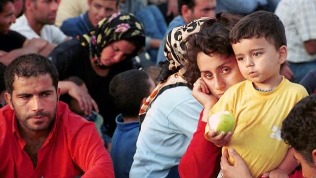 Auch die Route von Igoumenitsa nach Italien wurde schon früher genutzt. Das Bild von 1991 zeigt Flüchtlinge, die von der griechischen Küstenwache aufgegriffen wurden.