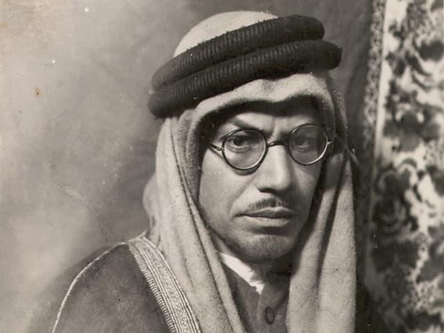 Portrait von Leopold Weiss, alias Muhammad Asad, um 1920, in arabischer Tracht.