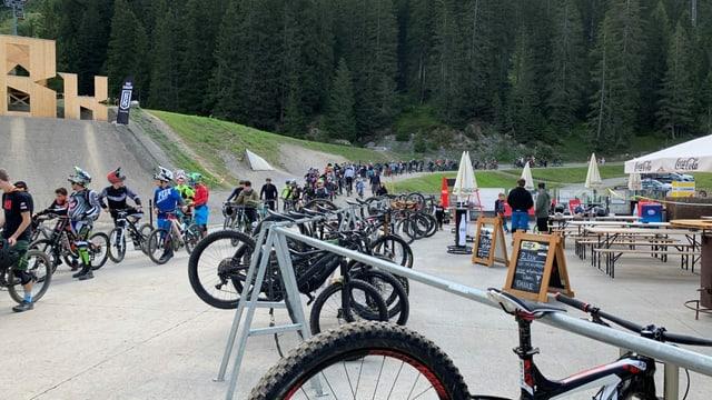 Colonna da downhill-bikers avant la pendiculara.