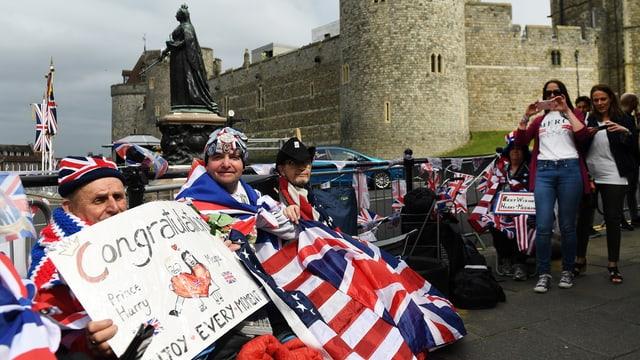 Die treusten Fans der königlichen Hochzeit haben sich die besten Plätze beim Windsor Castle bereits gesichert.