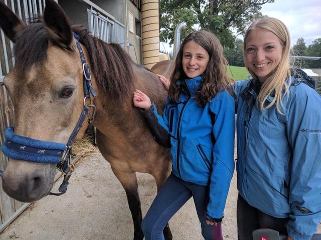 Pony Gali, Léonie und Moderatorin Anna.