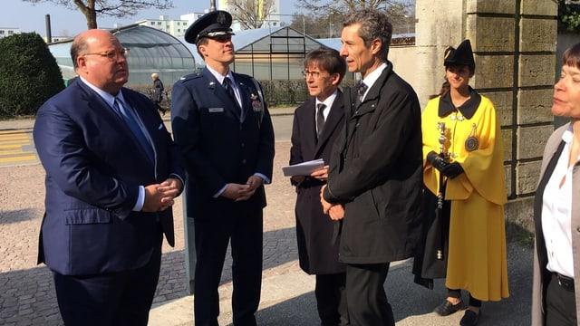 US-Botschafter Edward T. McMullen trifft auf dem Waldfriedhof ein und wird begrüsst von Stadtrat Raphaël Rohner (FDP) und Stadtpräsident Peter Neukomm (SP).(