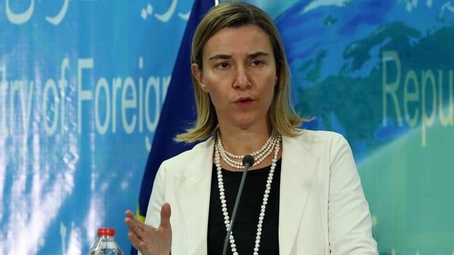 Federica Mogherini, dunna cun giacca alva