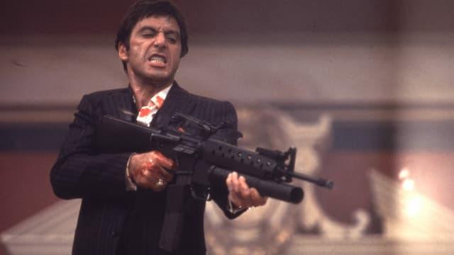 Mann mit Waffe in der Hand.