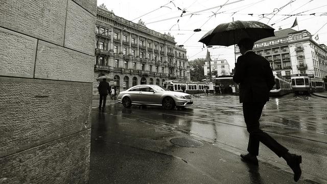 Paradeplatz in Zürich, ein Mann mit Schirm.
