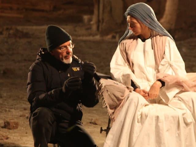 Bill Viola instruiert die Maria-Darstellerin für eine seiner Installationen.