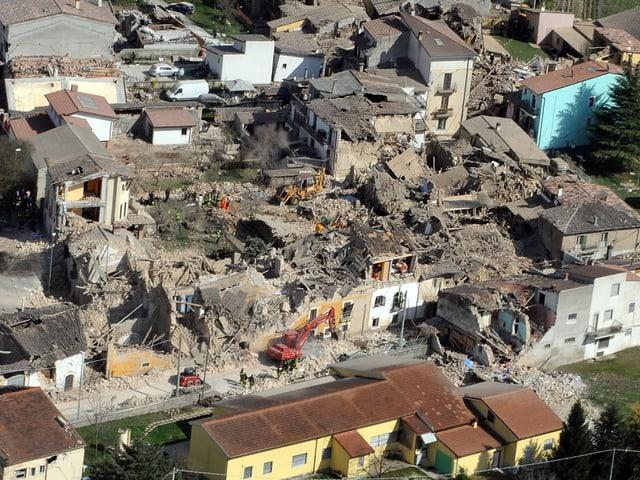 Luftaufnahme von zerstörter Häuserreihe von L'Aquila am Tag des Erdbebens