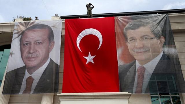 Präsident Erdogan und Premier Davutoglu auf Bannern, dazwischen die türkische Flagge
