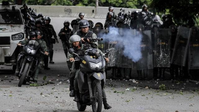 Polizia armada sin in moto sin las vias da Venezuela.