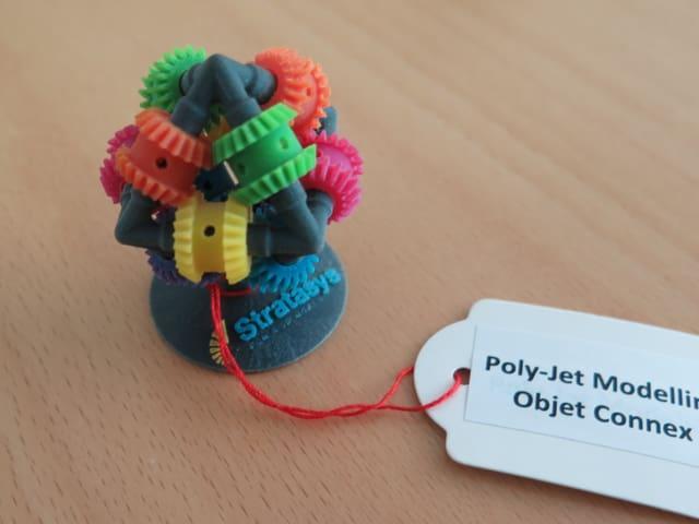Plastikgebilde mit farbigen kleinen Zahrrädern