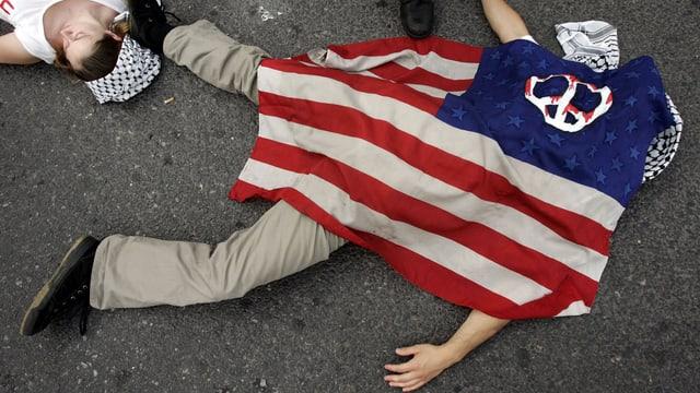 Mann mit USA-Flagge bedeckt