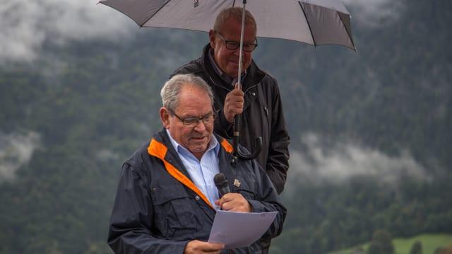 Hans Fischer, l'organisatur declera la ruta per ils participants.