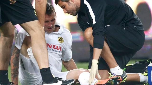 Alexander Gerndt wird auf dem Platz vom Medizin-Staff betreut.