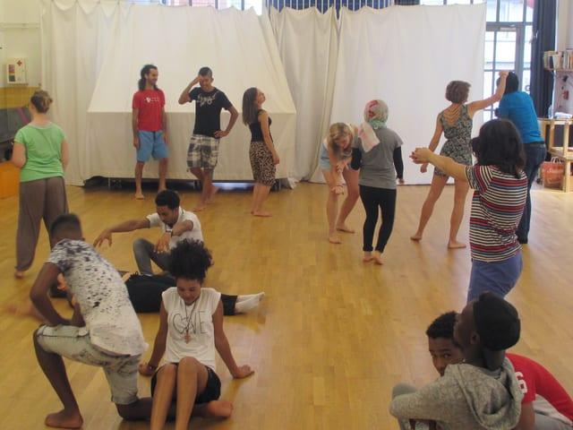 Ein paar Jugendliche spielen Theater
