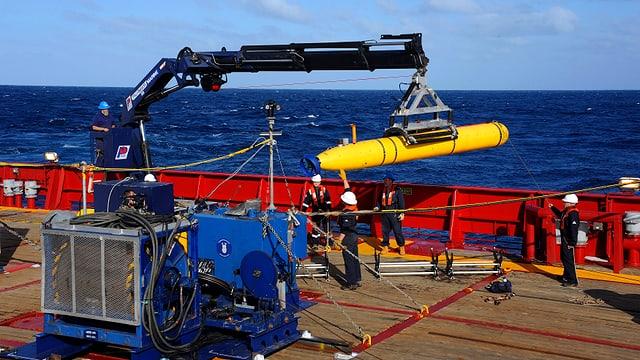 Drohnen-U-Boot auf Schiff, Arbeiter, Kran