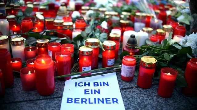 Blumen, Kerzen und ein Schild mit der Aufschrift «Ich bin ein Berliner» liegen in Berlin unweit der Stelle des Anschlags auf dem Weihnachtsmarkt am Breitscheidplatz.