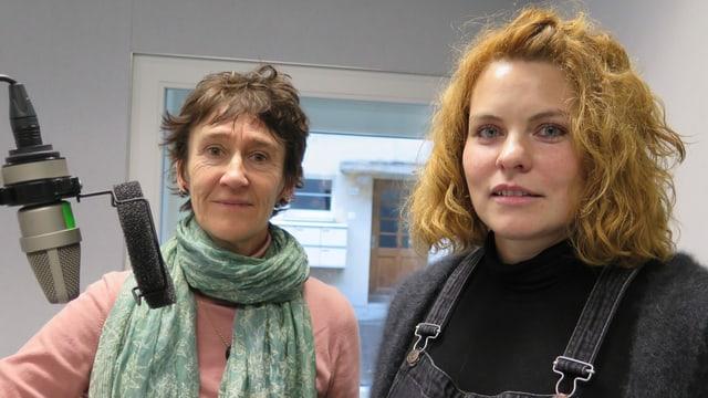 Zdenka Vapinek und Reta Guetg im Studio von Radio SRF