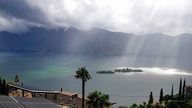 Sonnenstrahlen treffen genau die Brissago-Inseln sonst ist es noch grau.