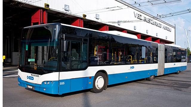 Ein Gelenkbus der Stadtzürcher Verkehrsbetriebe.