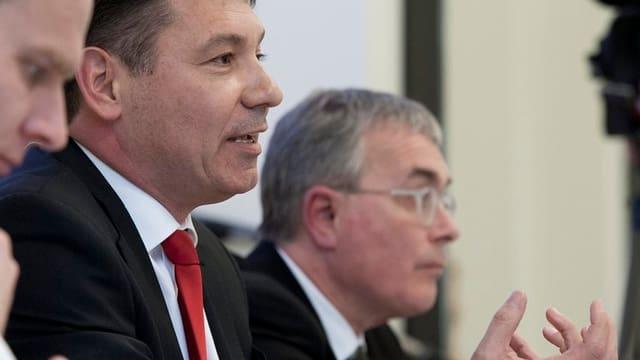 Pascal Brenneisen und Christoph Brutschin bei einer Medienkonferenz.