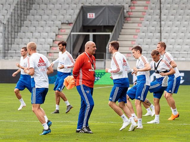 Die Russen um Trainer Stanislaw Tschertschessow (in Rot).