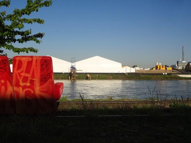 Idyllischer Ausblick auf den giftigen Abfallberg auf dem Gelände von Novartis.
