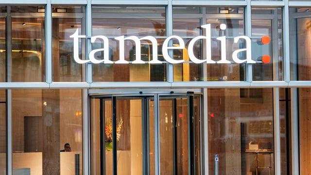 Hauseingang der Tamedia mit Schriftzug.