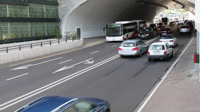 Autos fahren in Tunnel
