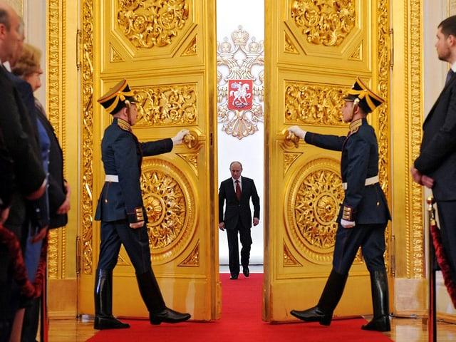 Wladimir Putin, auf Türe zuschreitend, Zwei Ehrengardisten Türe öffnend