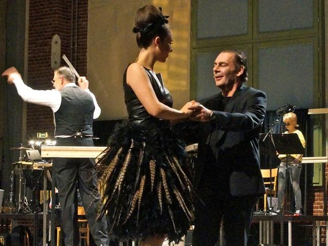 Tanzendes Paar, im Hintergrund der Dirigent