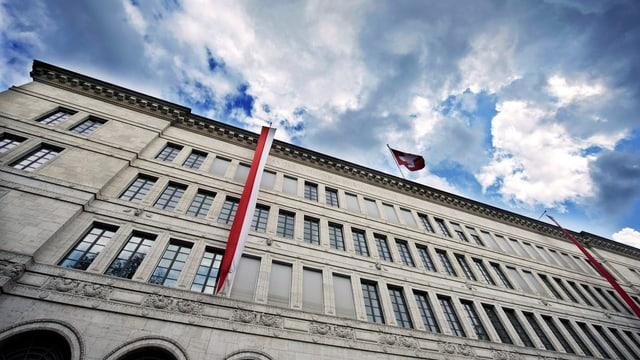 Sitz der Schweizerischen Nationalbank unter einem wolkigen Himmel