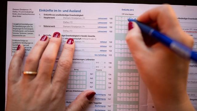 Frau füllt Steuererklärung aus