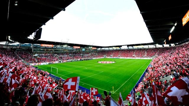 In der AFG-Arena schwenken die Fans ihre Schweizer Fahnen.