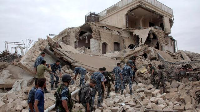 Soldaten in der Ruine eines Gebäudes